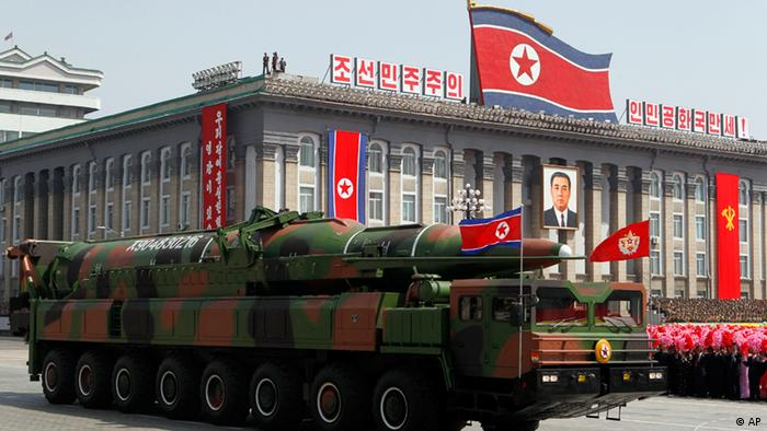 A North Korean vehicle carrying a missile passes by during a mass military parade in Pyongyang's Kim Il Sung Square to celebrate 100 years since the birth of the late North Korean founder Kim Il Sung on Sunday, April 15, 2012. North Korean leader Kim Jong Un delivered his first public televised speech Sunday, just two days after a failed rocket launch, portraying himself as a strong military chief unafraid of foreign powers during festivities meant to glorify his grandfather. (Foto:Ng Han Guan/AP/dapd)