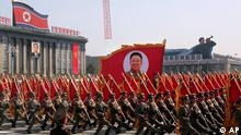 North Korean soldiers march with a portrait of late North Korean leader Kim Jong Il, at center, past a portrait of his father Kim Il Sung, at left, during a massive military parade in Pyongyang's Kim Il Sung Square to celebrate 100 years since the birth of North Korea's founder Kim Il Sung on Sunday, April 15, 2012. North Korean leader Kim Jong Un delivered his first public televised speech Sunday, just two days after a failed rocket launch, portraying himself as a strong military chief unafraid of foreign powers during festivities meant to glorify his grandfather. (Foto:Ng Han Guan/AP/dapd)