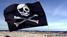 Eine Piratenfahne weht am Strand der Insel Rügen, aufgenommen am 03.07.2002. Foto:Stefan Sauer +++picture alliance / ZB