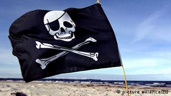 Eine Piratenflagge am Strand