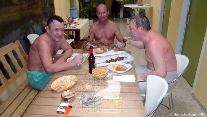 Шведская семья в бане, голые и молодые в душе