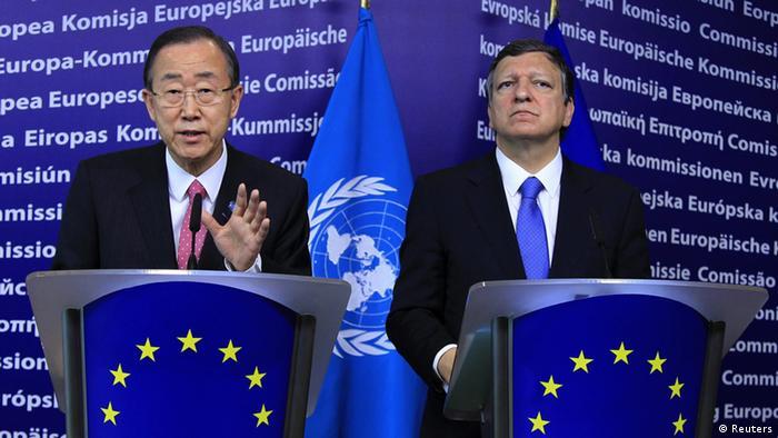 El secretario general de la ONU, Ban Ki-moon (izq.), y el presidente de la CE, José Manuel Barroso, ante la prensa en Bruselas (16.04.2012).