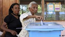 An East Timor woman casts her ballot at a polling station in Dili, East Timor, Monday, April 16, 2012. Two former guerrilla leaders were vying for East Timor's presidency Monday, each hoping to steer the young, often-troubled nation after U.N. peacekeeping troops begin their planned withdrawal later this year. (Foto:Kandhi Barnez/AP/dapd)