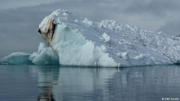 Juni 2010. Eisberg im Kongsfjord, Spitzbergen - eine Gefahr für Schiffe in arktischen Gewässern.