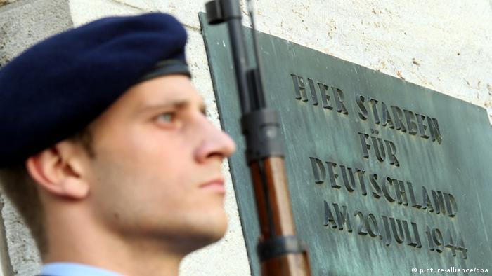Почетный караул у мемориальной доски в честь участников заговора против Гитлера
