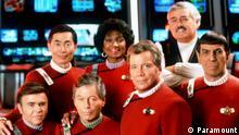 ARCHIV - Die Crew des Raumschiff Enterprise Walter Koenig (l-r), George Takei, Deforest Kelley, Michelle Nichols, William Shatner, James Doohan und Leonard Nimoy in einer Szene des Films Star Trek VI, Enterprise (Archivfoto aus dem Jahr 1992). Nach nur drei Staffeln wurde die Serie wegen schlechter Quoten abgesetzt - heute gilt sie als Klassiker: «Raumschiff Enterprise» hat Fernseh- und später auch Kinogeschichte geschrieben und zwei Männer berühmt gemacht: William Shatner und Leonard Nimoy. Sie werden 80. Foto: Paramount (zu dpa-Korr Enterprise'-Legenden: William Shatner und Leonard Nimoy werden 80 vom 16.03.2011 - ACHTUNG: Verwendung nur für redaktionelle Zwecke im Zusammenhang mit der Berichterstattung über diesen Film und bei Urheber-Nennung!) +++(c) dpa - Bildfunk+++