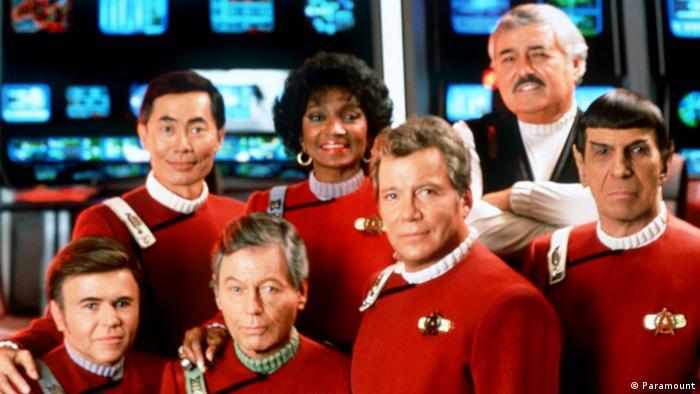 لئونارد نیموی در کنار دیگر بازیگران سریال سفرهای ستارهای یا پیشتازان فضا