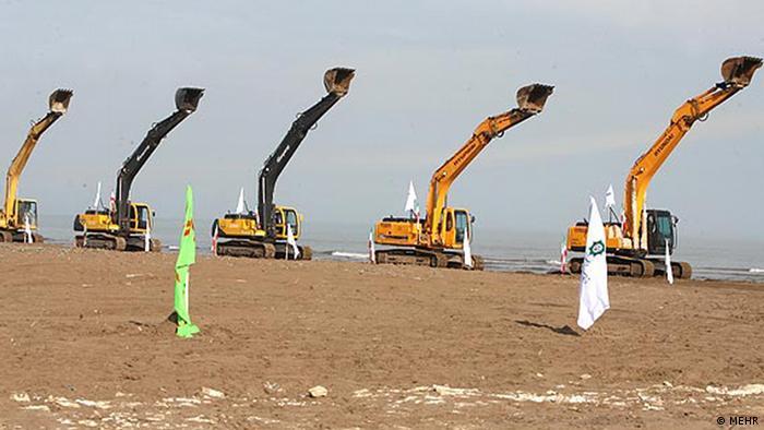 Mahmoud Ahmadinejad eröffnet das gigantische Projekt Wasser vom Kaspischen Meer in den Zentral-Iran zu leiten.