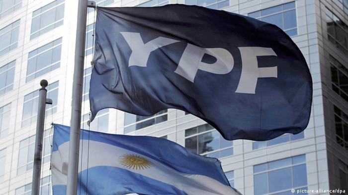Fahne der Erdölgesellschaft YPF und die argentinische Nationalflagge