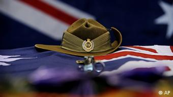 A slouch hat, bayonet and Australian flag rest upon the casket. Photo ddp images/AP Photo/ISAF