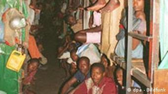 Dichtgedrängt sitzen die Insassen im Gefängnis von Kibungo in Ruanda. (Foto: dpa)