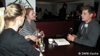 Daphne Braun (21) i Lisa Vogel (22) imaju stan sa šet soba i traže odgovarajuće sustanare