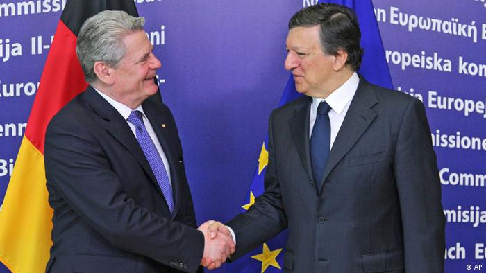 European Commission President Jose Manuel Barroso, right, welcomes German President Joachim Gauck, at the European Commission headquarters in Brussels, Tuesday, April 17, 2012. (Foto:Yves Logghe/AP/dapd)