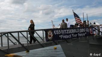 Außenministerin Clinton geht von Bord eines US-Kriegsschiffes (Foto: dapd)