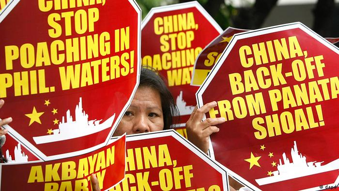 In this April 10, 2012 released by the Philippine Navy, Filipino naval personnel look at giant clam shells on board a Chinese fishing vessel at the disputed Scarborough Shoal in the Protesters display placards during their rally outside the Chinese Consulate at the financial district of Makati city, east of Manila, Philippines Monday, April 16, 2012, to accuse poaching by Chinese fishermen that led to a military standoff at the disputed Scarborough Shoal in the South China Sea. The Philippine president said Monday his country will continue talks with China to resolve the impasse, which began last Tuesday when two Chinese ships prevented a Philippine warship from arresting several Chinese fishermen. (Foto:Bullit Marquez/AP/dapd)