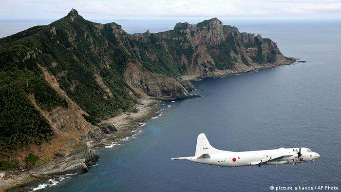 FILE - In this Thursday, Oct. 13, 2011 file photo, Japan Maritime Self-Defense Force's P-3C Orion surveillance plane flies over the disputed islands in the East China Sea, called the Senkaku in Japan and Diaoyu in China. Tokyo's outspoken governor says the city has decided to buy a group of disputed islands to bolster Japanese claims to the territory, a move that could elevate tensions with China. (Foto:Kyodo News, File/AP/dapd) JAPAN OUT, MANDATORY CREDIT, NO LICENSING IN JAPAN, CHINA, HONG KONG, SOUTH KOREA AND FRANCE