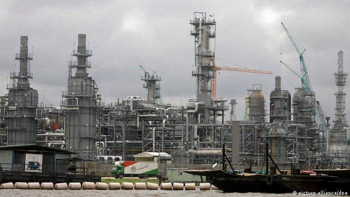 A photograph made available 19 August 2010 shows the Chevron oil facility under contruction in Escravos, 56 miles from Warri in the oil rich Niger delta region of Nigeria 17 August 2010. Nigeria is the fifth largest exporter of oil to the United States and the largest producer of oil in Africa. For decades, thousands of spills across the fragile Niger Delta have hampered the livelihoods of fishermen and farmers, contaminated water sources and polluted the ground and air. Approximately 300 spills are estimated each year. Some are small and some are continuous leaks but compounded they continue to pollute the delta. EPA/GEORGE ESIRI Schlagworte Fabrik, Erdöl, düster, Ufer, Wolken, Schiff, dunkel, Öl, Wirtschaft, Himmel, Schiffe, Natur, Industrie, Verkehr, Unternehmen, Gewässer