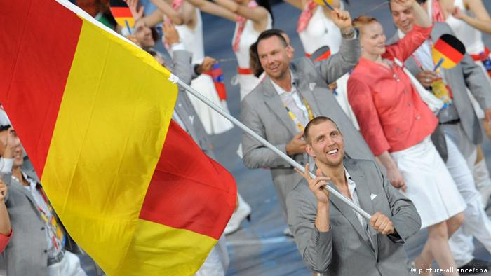 Nowitzki carries the German flag at the 2008 Summer Olympics (picture-alliance/dpa)