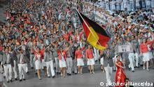 Basketballstar Dirk Nowitzki (r) trägt die Fahne beim Einmarsch der deutschen Mannschaft bei der feierlichen Eröffnung der XXIX. Olympischen Spiele am 08.08.2008 im Nationalstadion in Peking. Die Spiele dauern bis zum 24. August. Foto: Pat Benic +++(c) dpa - Report+++