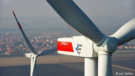 Windanlage in Clauen mit einer Stadt im Hintergrund  (Foto: Jan Oelker) http://www.repower.de)