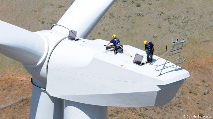 Workers work on a wind farm in Goodnoe Hills, in the USA (Photo: Dennis Schwartz)