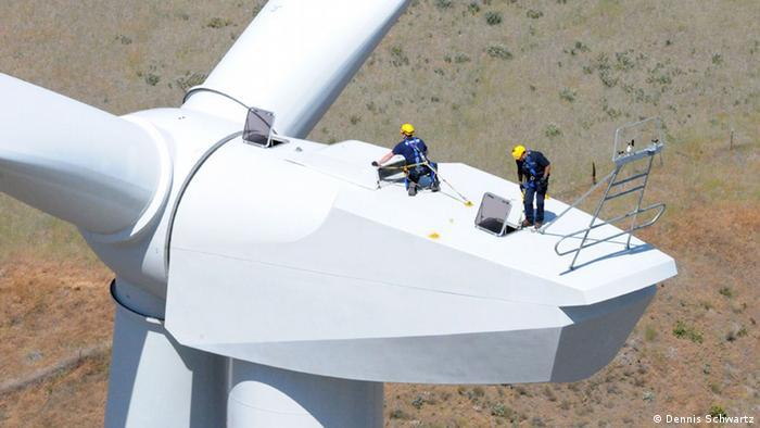 Zwei Männer auf einer Windgondel in Goodnoe Hills USA (copyright repower.de)