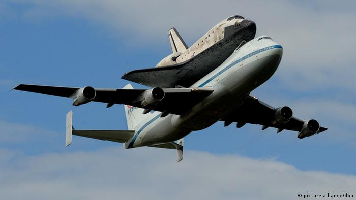Boeing 747 carrying the Discovery space shuttle