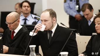 Accused Norwegian Anders Behring Breivik sits between his defence lawyers Geir Lippestad, left, and Vibeke Hein Baera in the courtroom, in Oslo, Norway, Wednesday April 18, 2012. Breivik has five days to explain why he detonated a bomb outside government headquarters in Oslo, killing eight people, then drove to a nearby resort island, where he massacred 69 others at a summer youth camp run by the governing Labor Party. (Foto:Lise Aserud/Scanpix Norway/POOL/AP/dapd)