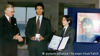 Alexander und Kim Aris receive prize in 1991 from Nobel Prize Committe then chairman Francis Sejersted