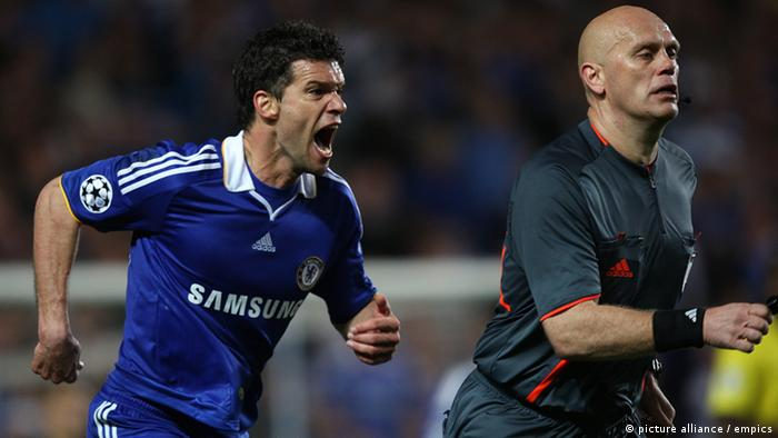 Soccer - UEFA Champions League - Semi Final - Second Leg - Chelsea v Barcelona - Stamford Bridge.Chelsea's Michael Ballack (left) chase's after referee Tom Ovrebo (right) appealing for handball URN:7251091 Bild des wutentbrannten Michael Ballack, der 2009 im Champions-League-Michael Ballack, damals beim FC Chelsea, bestürmt nach dem 1:1 gegen Barcelona 2009 Schiedsrichter Tom Ovrebo. Foto: pa/empics