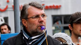 Jürgen schröppel, Oberbürgermeister Weißenburg in Bayern, , kämpft mit Trillerpfeife gegen Naziaufmarsch. Foto: Rüdiger Löster, Organisation Endstation Rechts, Bayern
