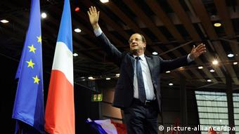 epa03186405 French Socialist Party (PS) candidate for the 2012 French presidential election, Francois Hollande waves at the audience before making his speech during a campaign meeting in Lille, France, 17 April 2012. The first round of France's presidential elections will be held on 22 April 2012. EPA/YOAN VALAT +++(c) dpa - Bildfunk+++