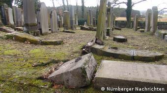 Umgekippte Grabsteine auf jüdischem Friedhof Foto: Nürnberger Nachrichten