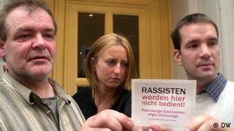 Wirte aus Regensburg präsentieren Anti-Rassisten-Aufkleber Foto: DW