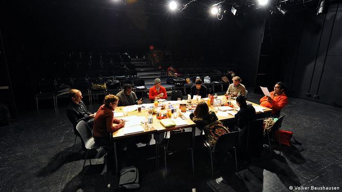 Die Teilnehmer diskutieren über ein Manuskript (Foto: Volker Beushausen)