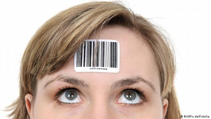 Volkszählung Frau mit Strichcode auf der Stirn Symbolbild