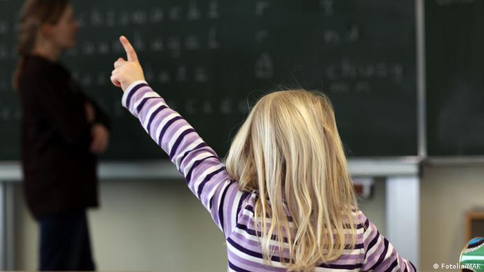 Schule melden Finger Schüler Unterricht Mädchen Lehrer Tafel