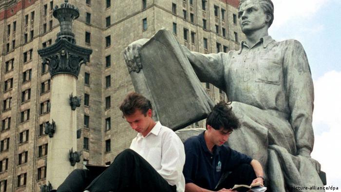 Студенты возле МГУ