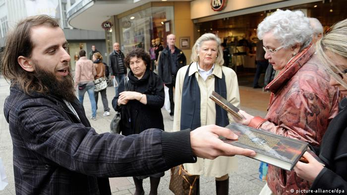 Man hands out Koran to Germans on street