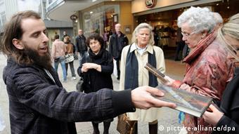 Ein Islamist verteilt kostenlose Koran-Exemplare an Passanten in Wuppertal (Foto: dpa)