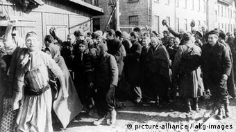 KZ-Auschwitz/Haeftlinge nach d.Befreiung Nationalsozialismus: Konzentrationslager. Konzentrationslager Auschwitz (bei Os- wiecim/ Polen), nach der Befreiung durch sowjetische Truppen am 26.1.1945: - Haeftlinge verlassen das Lager.- Foto, 1945.