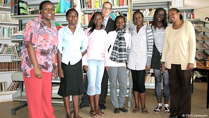 Studentinnen der Kenyatta University in Nariobi mit ihrem Dozenten (Foto: DW/Georg Verweyen)