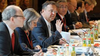 Bundesinnenminister Hans-Peter Friedrich (CSU, 3.v.l.) und und die Teilnehmer der Islamkonferenz