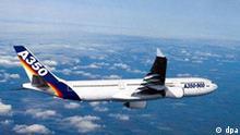 Das undatierte Handout zeigt den Airbus A350. Das neue Airbus- Flugzeugmodell A350 kann an den Start gehen. Die beiden Luftfahrt- und Rüstungskonzerne EADS und BAE Systems hätten die gemeinsame Tochter Airbus autorisiert, die neue A350 weltweit zu vermarkten, teilten beide Unternehmen am Freitag (10.12.2004) in Amsterdam und London mit. Ab sofort könne Airbus konkrete Angebote an potenzielle Erstkunden machen. Foto: EADS (zu dpa 0492) +++(c) dpa - Report+++, Das undatierte Handout zeigt den Airbus A350. Das neue Airbus- Flugzeugmodell A350 kann an den Start gehen. Die beiden Luftfahrt- und Rüstungskonzerne EADS und BAE Systems hätten die gemeinsame Tochter Airbus autorisiert, die neue A350 weltweit zu vermarkten, teilten beide Unternehmen am Freitag (10.12.2004) in Amsterdam und London mit. Ab sofort könne Airbus konkrete Angebote an potenzielle Erstkunden machen. Foto: EADS (zu dpa 0492) +++(c) dpa - Report+++