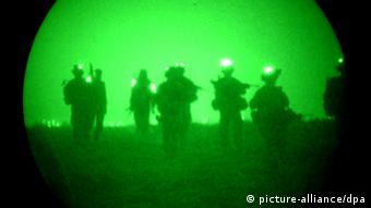 Aufnahme mit dem Nachtsichtgerät von Bundeswehrsoldaten in Afghanistan (Foto: dpa)