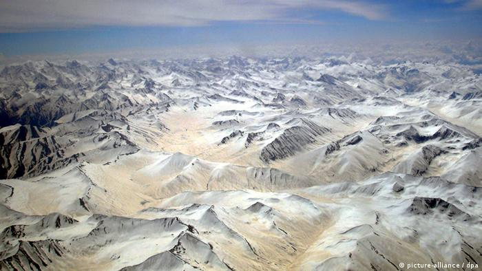 An aerial view of Karakoram mountains range, Pakistan, Saturday 07 May 2005. (Photo: Olivier Matthys +++(c) dpa - Report+++)