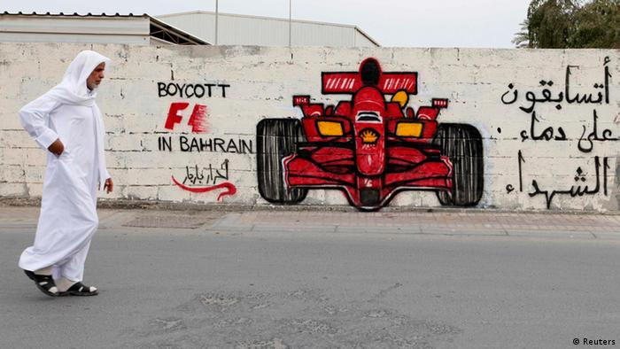 A man walks past anti-Formula One graffiti in the village of Barbar, west of Manama April 5, 2012. Former world champion Damon Hill has called on Formula 1 bosses to reconsider going ahead with this month's controversial Bahrain Grand Prix and warned that the sport's image could suffer if the race is held. The graffiti reads, Boycott F1 in Bahrain, you will race on the blood of martyrs. REUTERS/Hamad I Mohammed (BAHRAIN - Tags: CIVIL UNREST POLITICS SPORT MOTORSPORT) ****Archivbild****