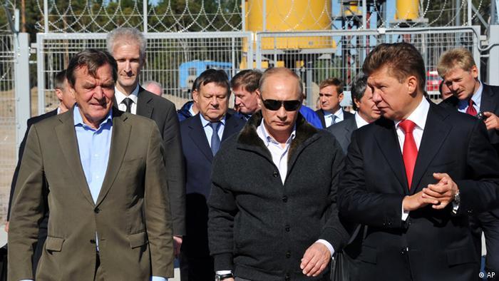 Герхард Шрёдер вместе с Владимиром Путиным и Алексеем Миллером на компрессорной станции Портовая 6 сентября 2011 года