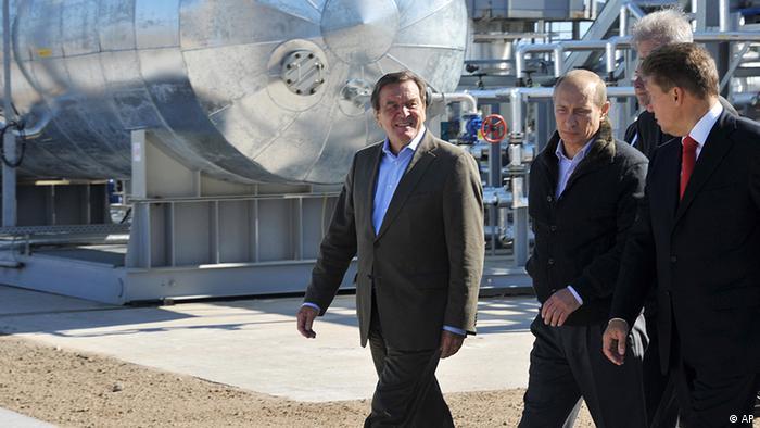 Gerhard Schröder Wladimir Putin Gazprom Chef Alexei Miller 2011 (AP)