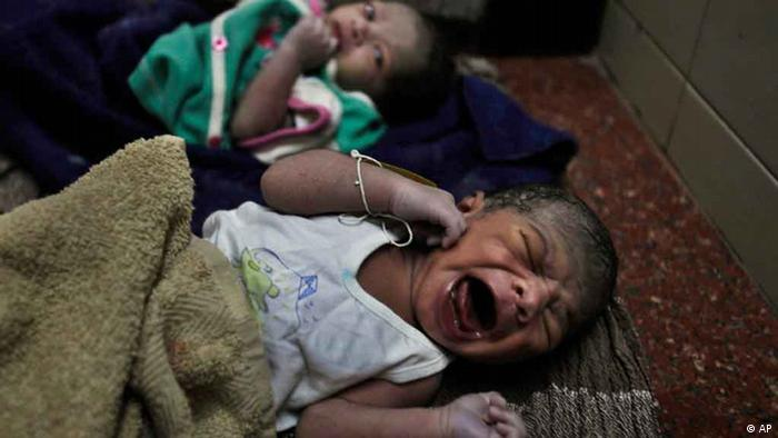 Newly born babies lie at a government hospital in Hyderabad, India (Photo: ddp images/AP Photo/Mahesh Kumar A.)